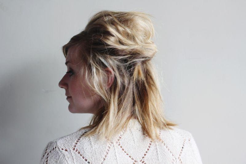 "Foto: Reprodução / <a href=""http://www.abeautifulmess.com/2012/08/1-separate-your-hair-into-three-ponytails-2-with-bobbypins-twist-and-pin-the-ponytail-into-a-small-bun-3.html"" target=""_blank"">A Beautiful Mess</a>"