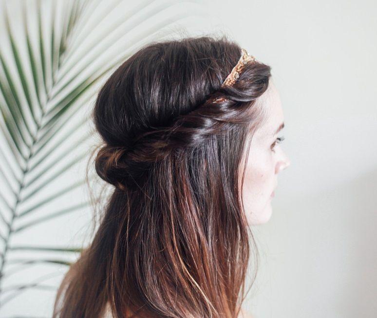 """Foto: Reprodução / <a href=""""http://treasuresandtravelsblog.com/blog/2015/9/9/hair-tutorial-half-up-headband-roll"""" target=""""_blank"""">Treasures & Travels</a>"""