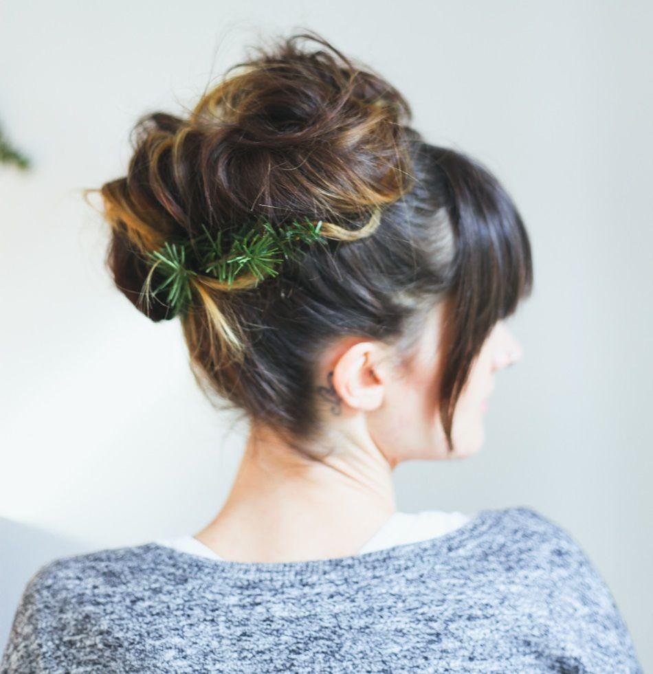 "Foto: Reprodução / <a href=""http://treasuresandtravelsblog.com/blog/2013/12/10/hair-tutorial-christmas-up-do-two-ways"" target=""_blank"">Treasures & Travels</a>"