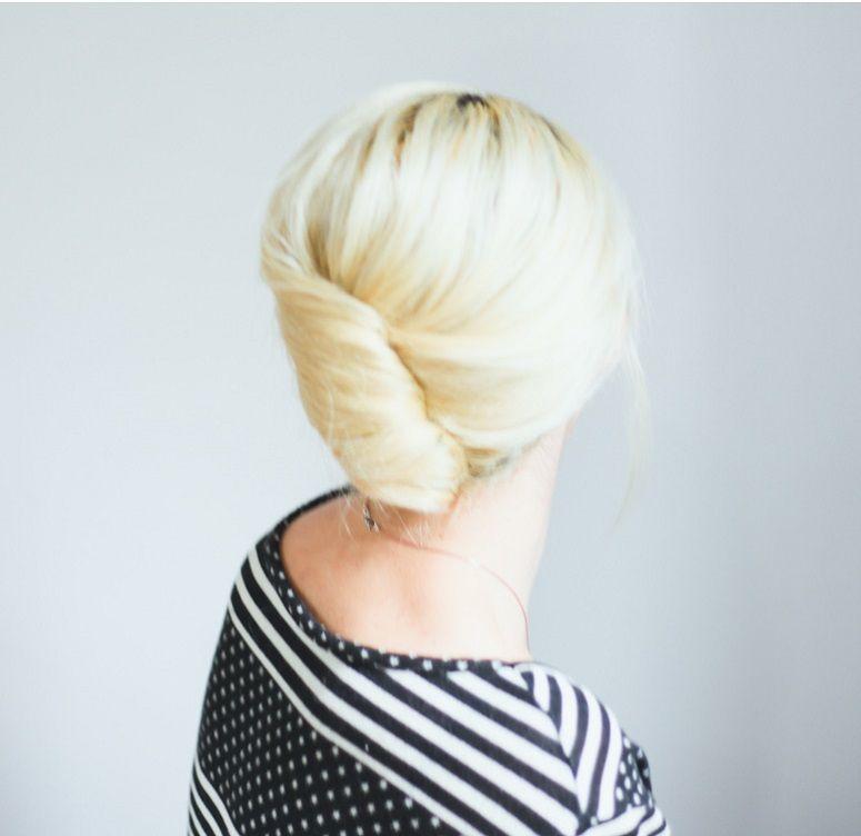 "Foto: Reprodução / <a href=""http://treasuresandtravelsblog.com/blog/2013/12/18/hair-tutorial-simple-french-roll"" target=""_blank"">Treasues & Travels</a>"