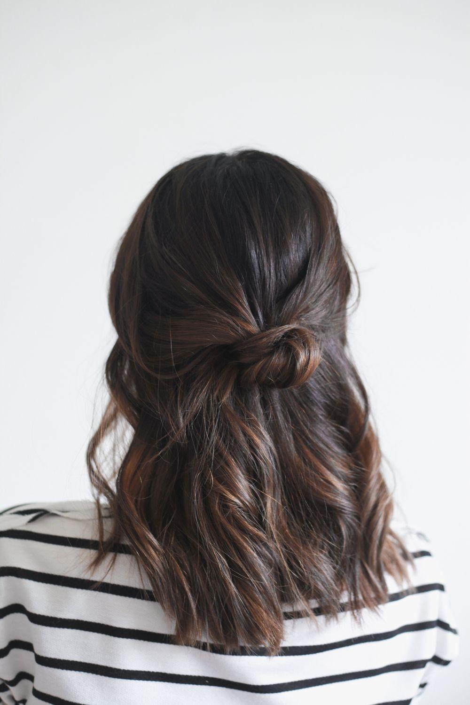 "Foto: Reprodução / <a href=""http://treasuresandtravelsblog.com/blog/2015/2/18/hair-tutorial-half-up-knot"" target=""_blank"">Treasures & Travels</a>"