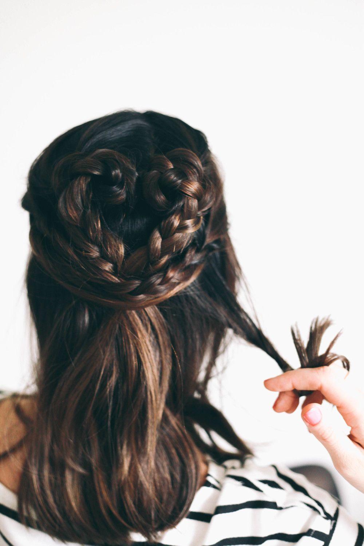 "Foto: Reprodução / <a href=""http://treasuresandtravelsblog.com/blog/2015/2/12/valentines-hair-braided-heart?rq=valentine"" target=""_blank"">Treasures & Travels</a>"