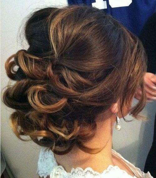 """Foto: Reprodução / <a href=""""http://therighthairstyles.com/5-inspirational-medium-curly-hairstyles-for-every-day-special-occasions/20/"""" target=""""_blank"""">The Right Hairstyles For You</a>"""