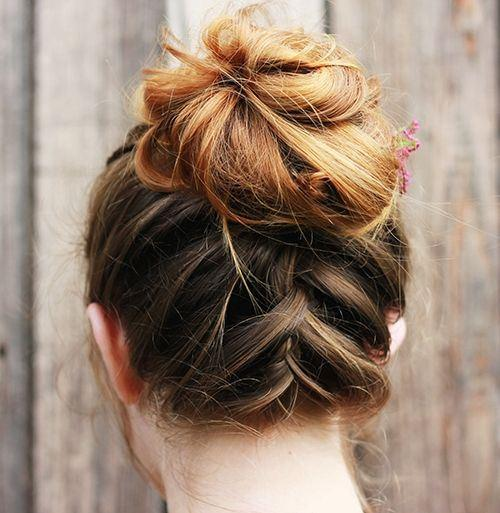 "Foto: Reprodução / <a href=""http://themerrythought.com/beauty-2/messy-upside-down-french-braid-bun/"" target=""_blank"">The Merry Thought</a>"