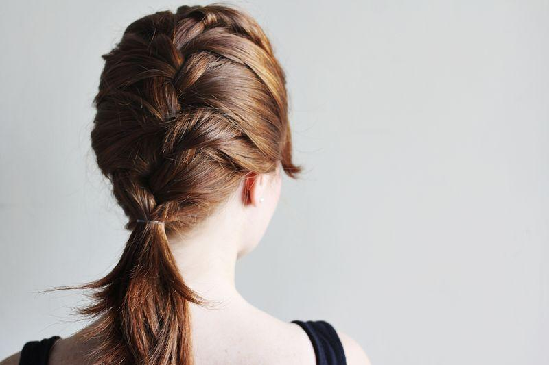 "Foto: Reprodução / <a href=""http://www.abeautifulmess.com/2012/04/how-to-style-a-classic-french-braid.html"" target=""_blank"">A Beautiful Mess</a>"