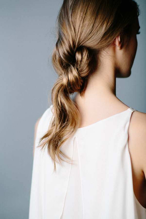 "Foto: Reprodução / <a href=""http://www.oncewed.com/diy/diy-double-knot-ponytail/"" target=""_blank"">Once Wed</a>"