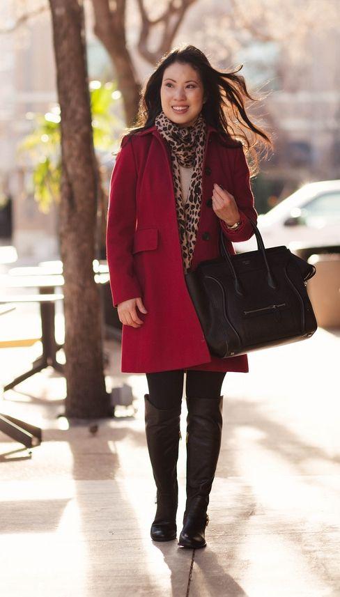 "Foto: Reprodução / <a href=""http://www.cuteandlittle.com/2014/01/red-coat-leopard-scarf.html"" target=""_blank"">Cute and Little</a>"