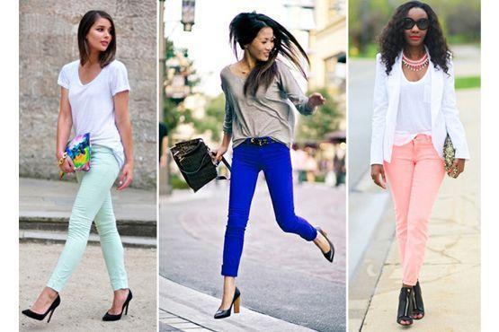 Calça colorida e blusa neutra.