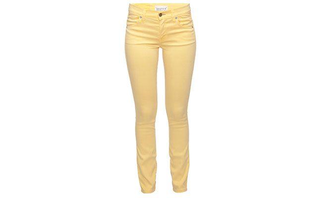 """Calça amarela Elizabeth and James por R$250 na <a href=""""http://www.theboutique.com.br/Cal%C3%A7as/calca-de-sarja-elizabeth-and-james-amarelo.html"""" target=""""blank_"""">The Boutique</a>"""