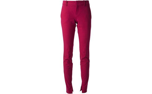 """Calça cereja Gucci por R$2.408 na <a href=""""http://www.farfetch.com/br/shopping/women/gucci-slim-trousers-item-10647702.aspx?storeid=9429&ffref=lp_26_"""" target=""""blank_"""">Farfetch</a>"""