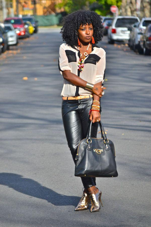 "Foto: Reprodução / <a href=""http://stylepantry.com/2012/01/12/two-tone-chiffon-blouse-leather-pants/"" target=""_blank"">Style Pantry</a>"