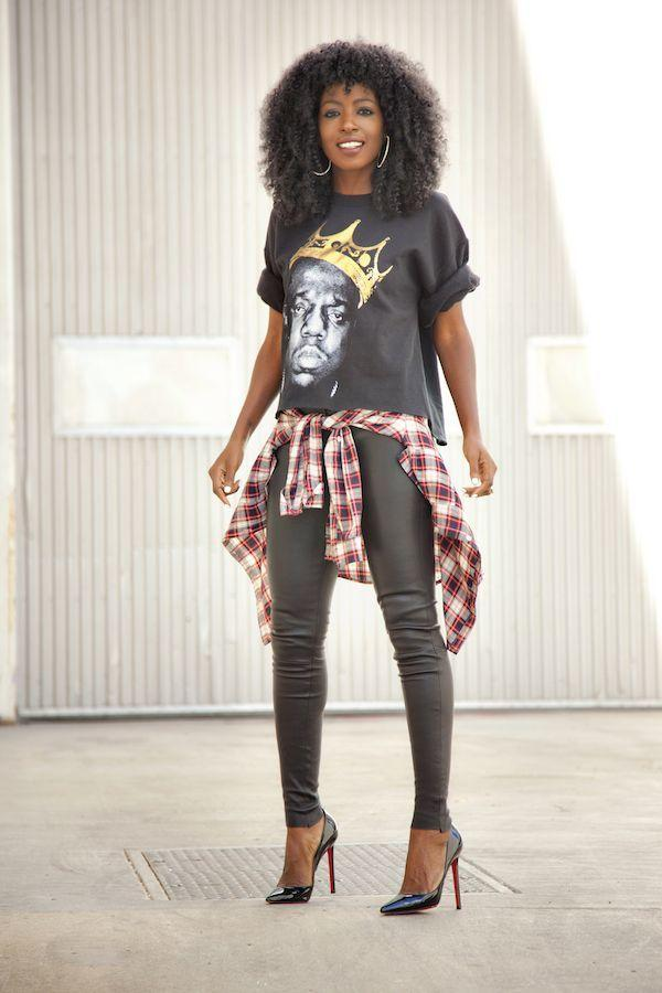 "Foto: Reprodução / <a href=""http://stylepantry.com/2014/11/25/biggie-sweatshirt-plaid-shirt-leather-pants/"" target=""_blank"">Style Pantry</a>"