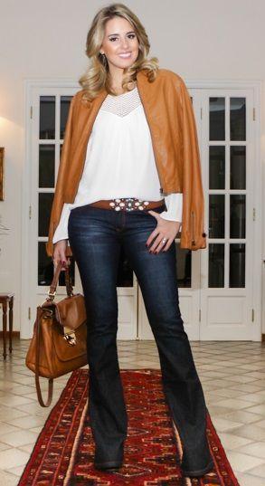 """Foto: Reprodução / <a href=""""http://www.marinacasemiro.com.br/2014/06/look-para-lancamento-do-projeto-carol-buffara-book-jeans-escuro-flare-bata-com-detalhes-vazados-cinto-com-pedras/"""" target=""""_blank"""">Blog da Marina Casemiro</a>"""