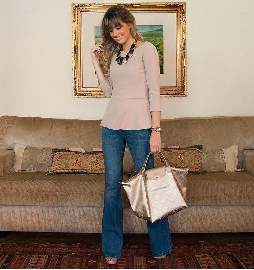 """Foto: Reprodução / <a href=""""http://www.marinacasemiro.com.br/2012/10/look-do-dia-flare-jeans-maxi-colar-blusa-peplum/"""" target=""""_blank"""">Blog da Marina Casemiro</a>"""