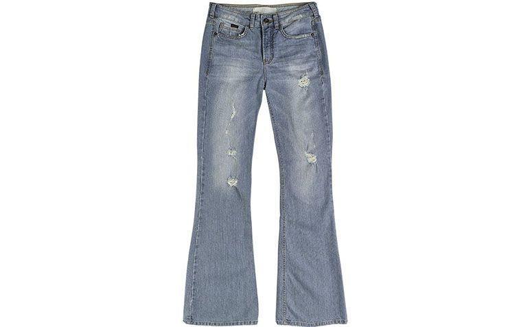 """Calça jeans flare por R$209,99 na <a href=""""http://www.dzarm.com.br/store/pt/Categorias/Cal%C3%A7as/Cal%C3%A7a-Jeans-Feminina-Na-Base-Veneza-Com-Rasgos-E-Pu%C3%ADdos/p/Z0BV565ZSN2"""" target=""""blank_"""">Dzarm</a>"""