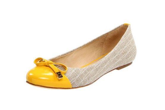 O modelo de flat da Kate Spade representa bem as tendências em calçados para o verão 2013. Cap toe se mantém em alta e as cores claras e os tecidos rústicos entram em cena.