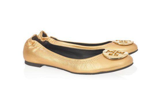 Sapatos com efeito metalizado, como esta sapatilha Tory Burch, são o sucesso do inverno e se manterão em alta no verão em versões mais tropicais.