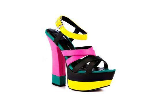 As cores em neon tomarão conta dos calçados de verão em 2013. Assim como no modelo da Dolce Vita, os calçados terão misturas de diversas cores neon como o amarelo e o pink.