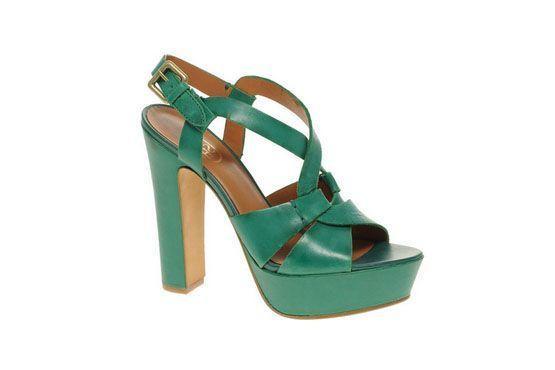 Os saltos mais grossos também farão parte dos calçados de verão, como no modelo em verde da Ash.