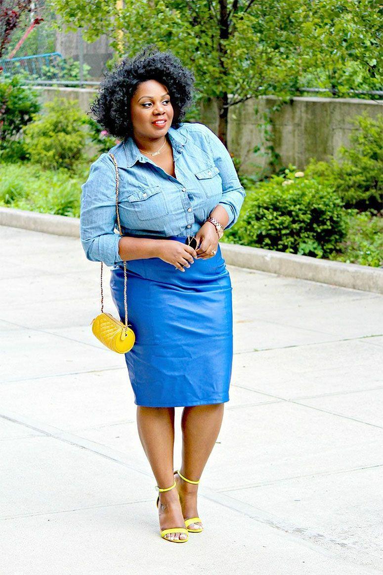 "Foto: Reprodução / <a href=""http://www.curvenvy.com/2015/06/chambray-top-leather-pencil-skirt.html"" target=""_blank"">CurvEnvy</a>"