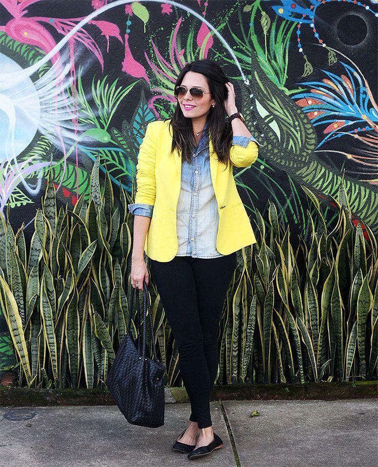 """Foto: Reprodução / <a href=""""http://claudinhastoco.com/look-camisa-jeans-e-blazer-amarelo/"""" target=""""_blank"""">Claudinha Stoco</a>"""