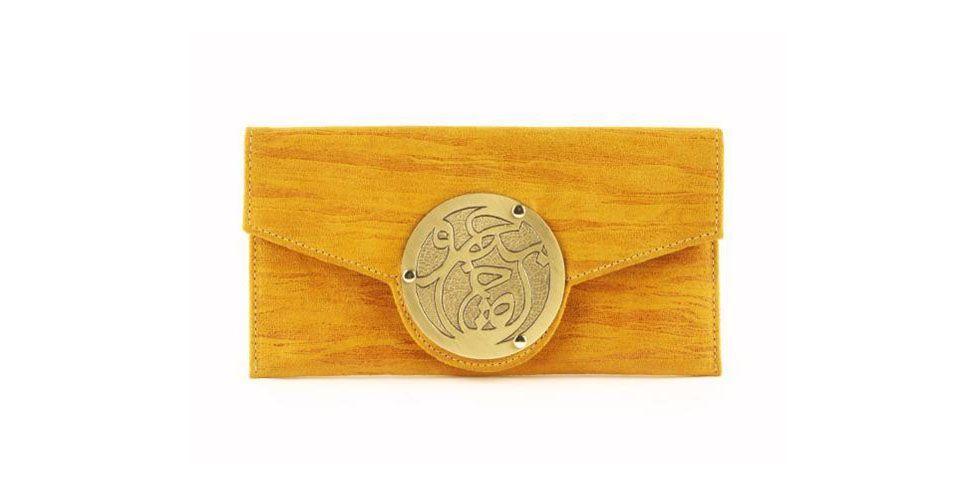 <p>Carteira amarela – Le Petit Icon por US$145 na Loja Bottica.</p>
