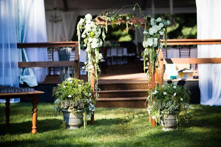 "Foto: Reprodução / <a href=""https://www.theknot.com/real-weddings/a-rustic-elegant-garden-inspired-wedding-at-a-private-residence-in-haddonfield-new-jersey-album?context=backyard-albums&page=1"" target=""_blank"">The Knot</a>"