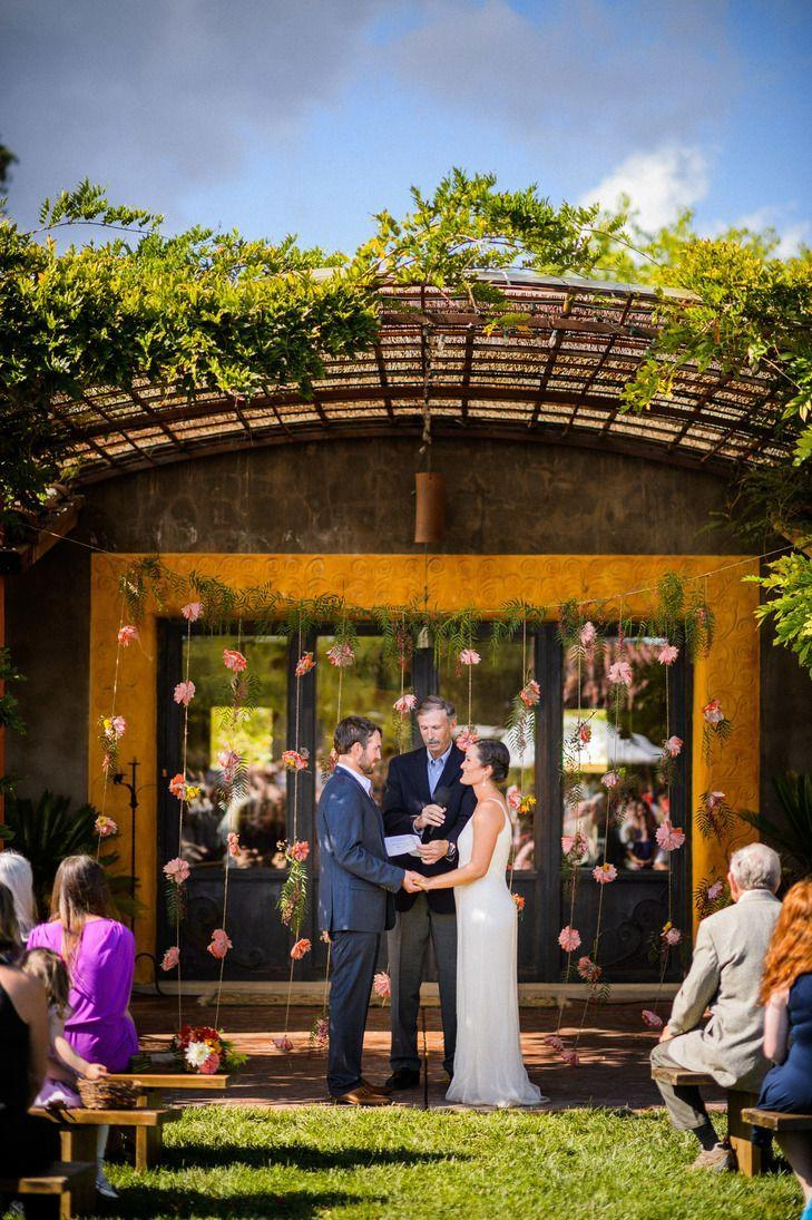"Foto: Reprodução / <a href=""https://www.theknot.com/real-weddings/colorful-backyard-wedding-at-a-private-residence-in-sonoma-california-album?context=backyard-albums&page=2"" target=""_blank"">The Knot</a>"