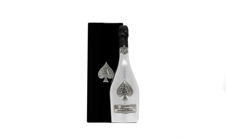 "Champagne Armand de Brignac Blanc de Blancs por R$ 4.756,68 na <a href=""http://www.todovino.com.br/champagne-armand-de-brignac-blanc-de-blancs-750-ml-1254.aspx/p"" target=""blank_"">TodoVino</a>"