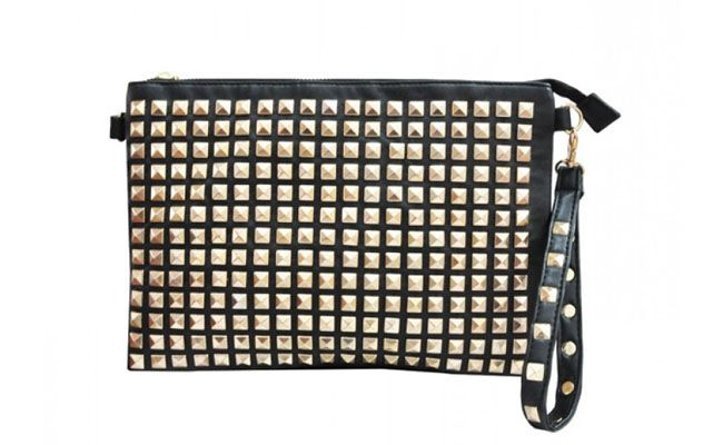 "Clutch rebites por R$103,19 na <a href=""http://www.stockbag.com.br/bolsas-clutches/maxi-clutch-rockstud-preta"" target=""_blank"">Stock Bag</a>"