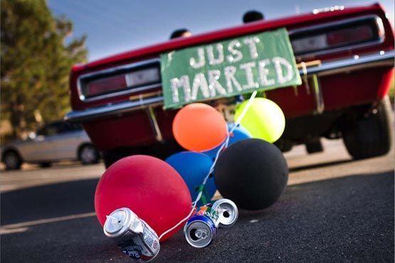 As tradicionais latinhas amarradas na traseira do carro ganham um toque extra com balões coloridos