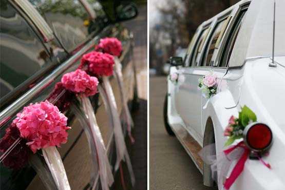 Pequenos buquês de flores deixam o carro dos noivos muito bonito