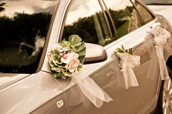 Os arranjos de flor deixam a decoração do carro discreta, mas bem romântica
