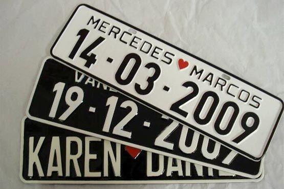 """A placa personalizada pode ser mais """"séria"""", contendo apenas o nome dos noivos e a data do casamento"""