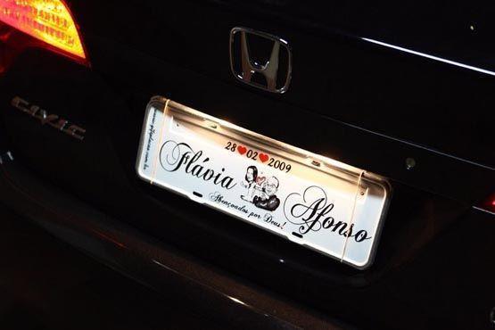 O carro dos noivos ganhou uma placa personalizada bem divertida