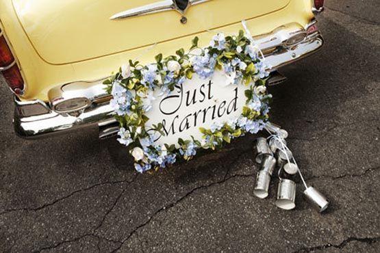 Flores, latinhas e a placa de recém-casados, uma ótima combinação