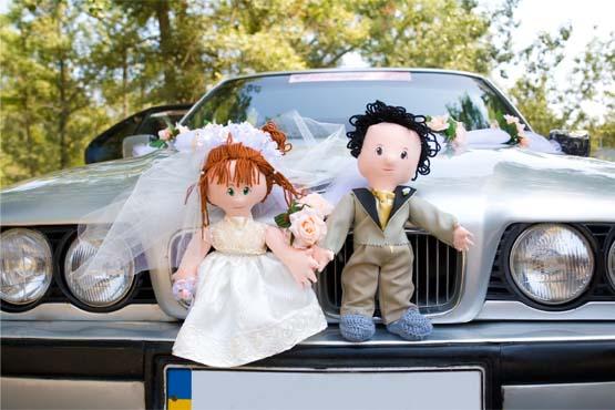Bonecos representando os noivos são uma opção bastante original para quem quer decorar o carro para o casamento