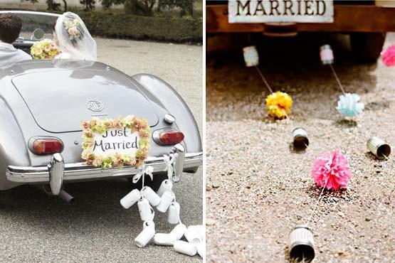 Outra combinação muito legal para o carro dos noivos é a mistura de latinhas com arranjos coloridos