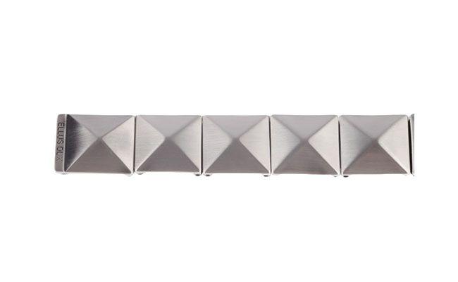 "Cinto prateado Ellus por R$292,40 na <a href=""http://www.fashiondelivery.com.br/cinto-ellus-elastico-piramides-preto-grafite-186204/p"" target=""blank_"">Fashion Delivery</a>"