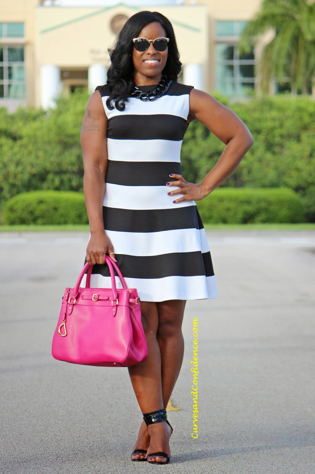 "Foto: Reprodução / <a href=""http://www.curvesandconfidence.com/2014/06/fit-and-flare-bold-stripes.html"" target=""_blank"">Curves and Confidence</a>"