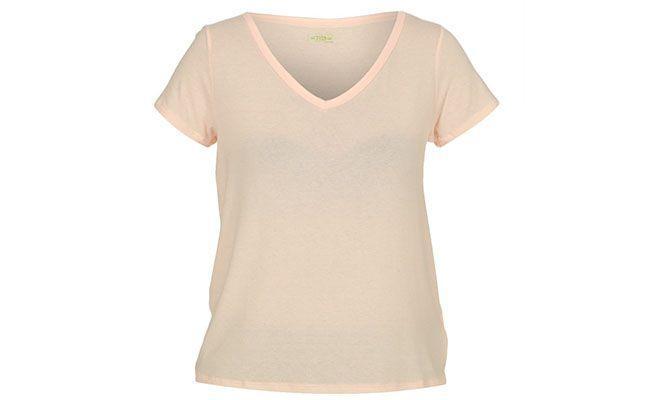 "T-shirt salmão Triton por R$64,35 na <a href=""http://www.glamour.com.br/blusa-triton-salmao-0386-105723/p"" target=""blank_"">Glamour</a>"