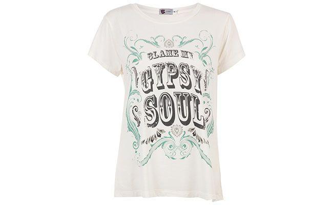 """T-shirt branca Pop Up Store por R$118 na <a href=""""http://www.e-closet.com.br/item/t-shirt-gypsy-off-white-pop-up-store-12320.html"""" target=""""blank_"""">E-closet</a>"""