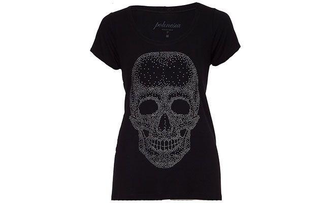 "T-shirt preta de caveira Polinesia Tees por R$104 na <a href=""http://www.farfetch.com/br/shopping/women/polinesia-tees-camiseta-preta-com-aplicacoes-prateadas-item-10246037.aspx?storeid=9286&ffref=lp_1_"" target=""blank_"">Dafiti</a>"