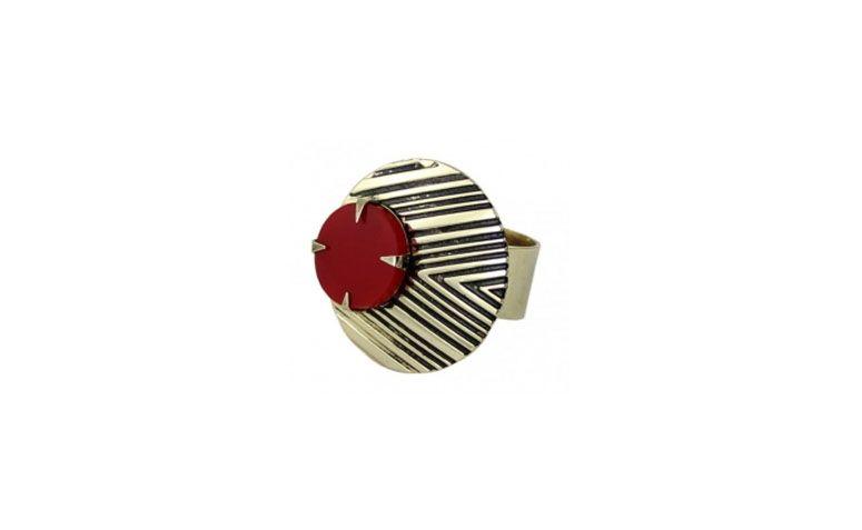 """Anel com estampa étnica e pedra sintética vermelha por R$59 na <a href=""""http://www.turpin.com.br/loja/bijouteria-bijoux/bijoux-anel/anel-etnico-ouro-velho-redondo"""" target=""""_blank"""">Turpin</a>"""