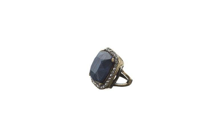 "Anel de pedra resinada azul por R$79 na <a href=""http://www.accessorize.com.br/anel-coquetel-florence-azul-3497/p?cc=603"" target=""_blank"">Accessorize</a>"