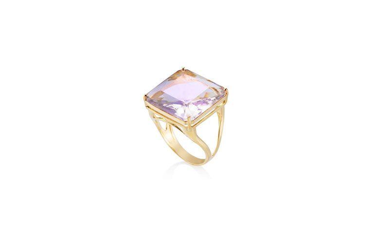 "Anel de ouro e pedra Ametista por R$1.614 na <a href=""http://www.vivara.com.br/produto/anel-ouro-amarelo-e-ametista-lavanda-menor/AN00045132?categoryId=joias-aneis"" target=""_blank"">Vivara</a>"