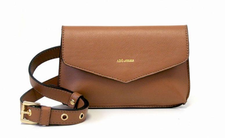 """Bolsa de couro caramelo Adô Atelier por R$159,20 na <a href=""""http://www.adoatelier.com.br/bolsas-couro-diversas/belt-bag-caramelo"""" target=""""_blank"""">Adô Atelier</a>"""
