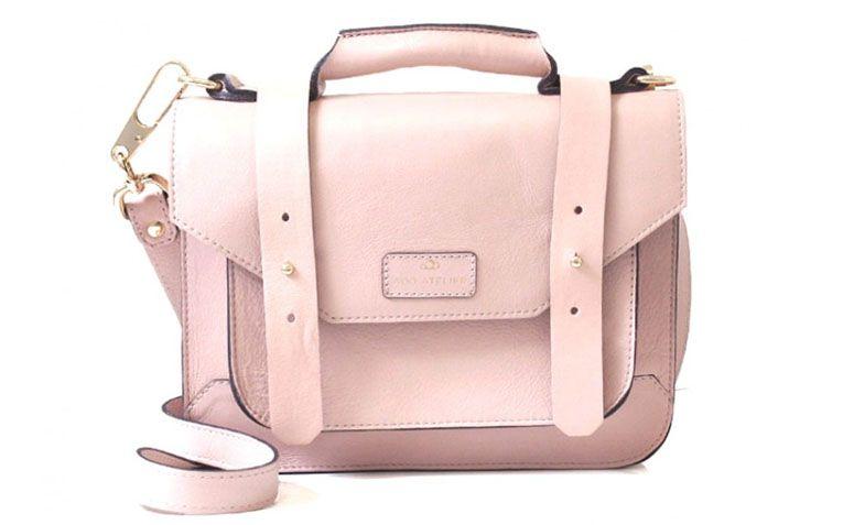 """Bolsa mini satchel rose Adô Atelier por R$168,35 na <a href=""""http://www.adoatelier.com.br/bolsas-couro-diversas/mini-satchel-rose"""" target=""""_blank"""">Adô Atelier</a>"""