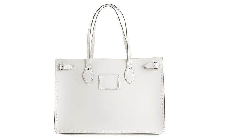 "Bolsa modelo north south  por R$1.580,00 na <a href=""http://ad.zanox.com/ppc/?29469493C40749417&ULP=[[http://www.farfetch.com/br/shopping/women/the-cambridge-satchel-company-bolsa-modelo-north-south-de-couro-item-10962706.aspx?storeid=9006&ffref=lp_18_3_?utm_source=zanox&utm_medium=link&utm_campaign=deeplink_generator]]"" target=""_blank"">Farfetch</a>"