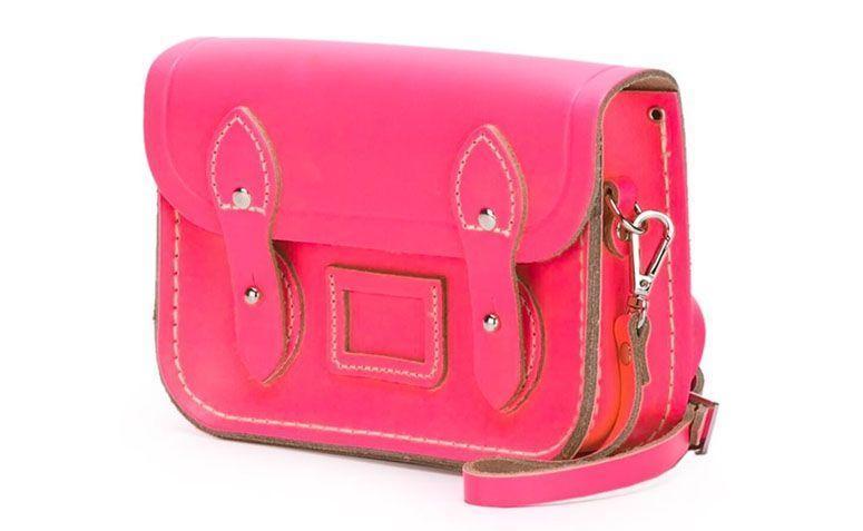 "Bolsa modelo The Tiny por R$530,00 na <a href=""http://ad.zanox.com/ppc/?29469493C40749417&ULP=[[http://www.farfetch.com/br/shopping/women/the-cambridge-satchel-company-bolsa-modelo-the-tiny-item-11073167.aspx?storeid=9214&ffref=lp_3_2_?utm_source=zanox&utm_medium=link&utm_campaign=deeplink_generator]]"" target=""_blank"">Farfetch</a>"